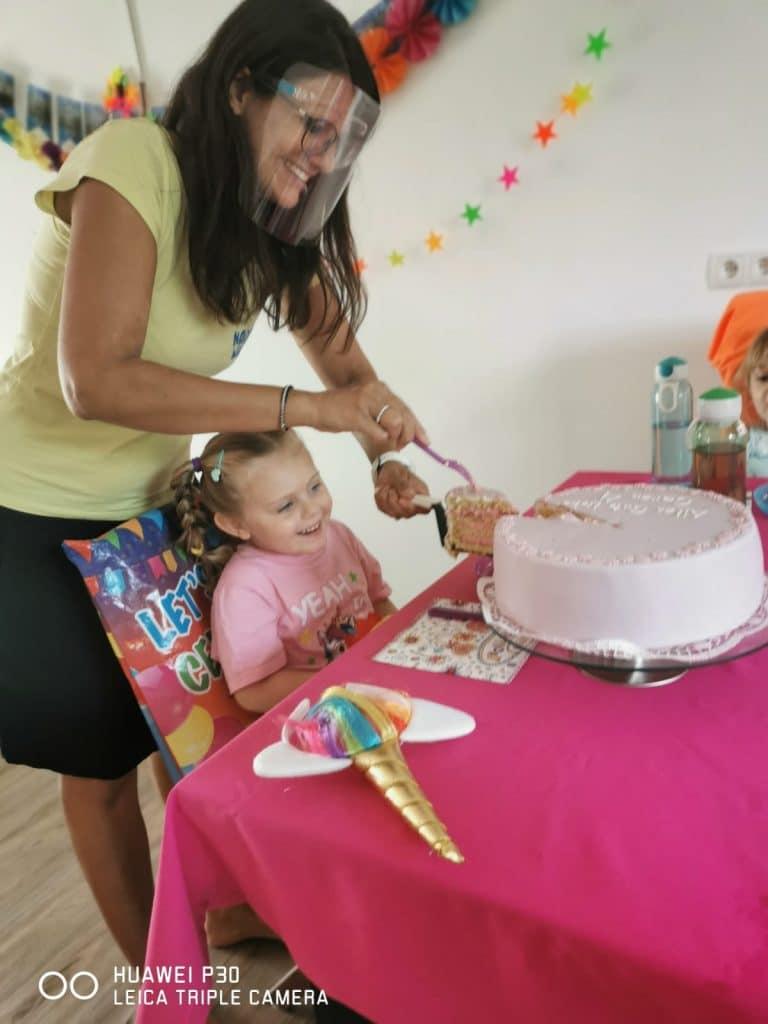 Eine Torte oder Muffins gehören zu jedem Kinderparty-Essen